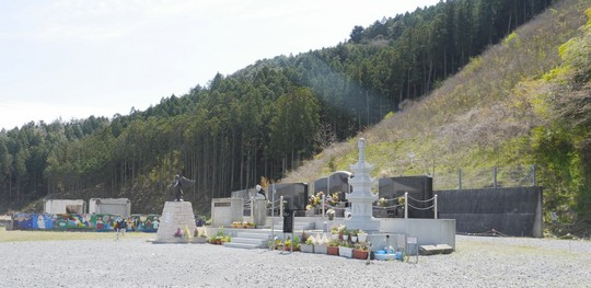 201704221011 校庭の慰霊碑2017年 w1280 P1070084.jpg
