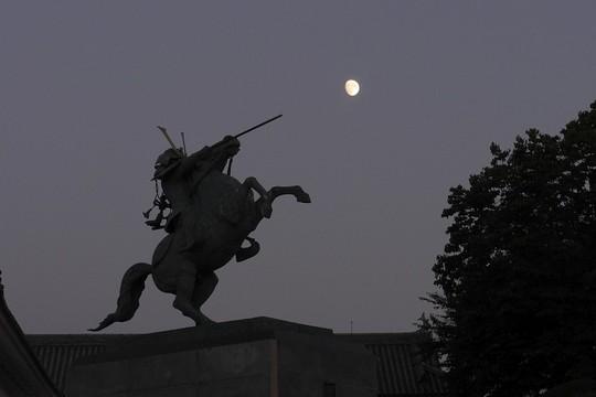 201810211702 最上義光騎馬像と十三夜  P1320478.jpg
